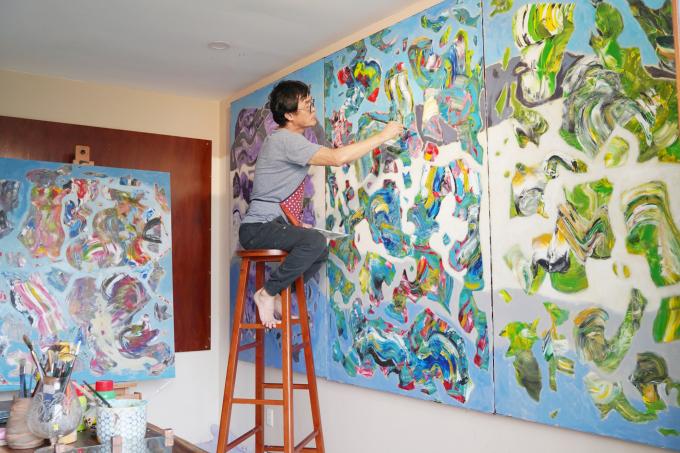 """Họa sĩ Phong tâm huyết với """"nghiệp vẽ"""" của mình đã tạo ra được rất nhiều bức họa lớn để đem ra Hà Nội triển lãm. Ảnh: Minh Vương."""