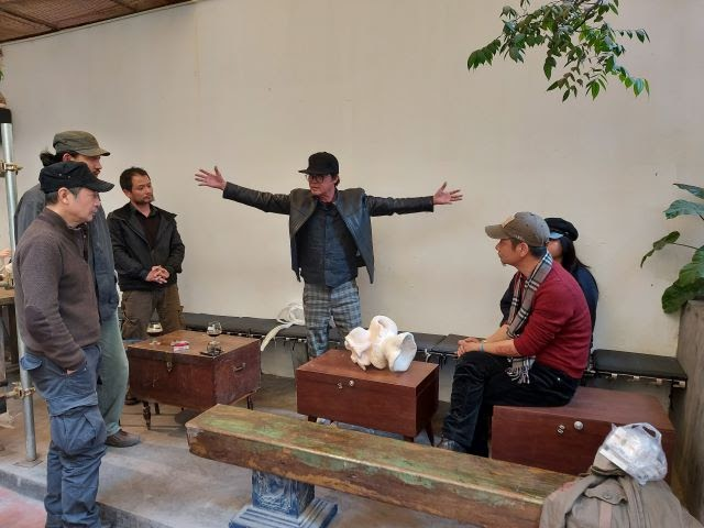 Artist Dinh Phong is talking and explaining his new statue with his friends from Hanoi, January 1, 21. (Photo: Indochina)