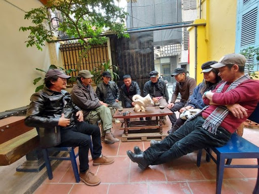 Hanoi artist friends see a new statue by artist Dinh Phong in a cafe near the Manzi exhibition.
